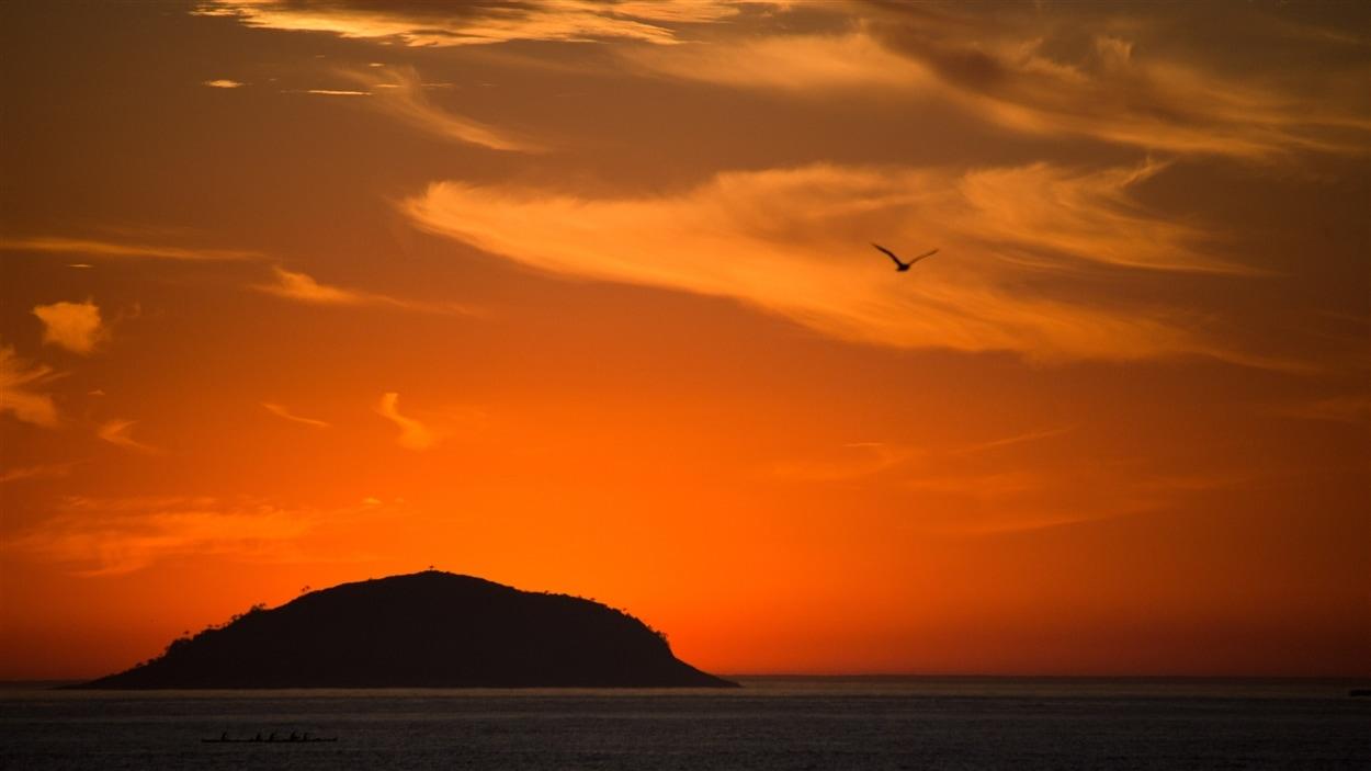 Quelques instants avant le lever du soleil sur la plage Copacabana, à Rio de Janeiro.