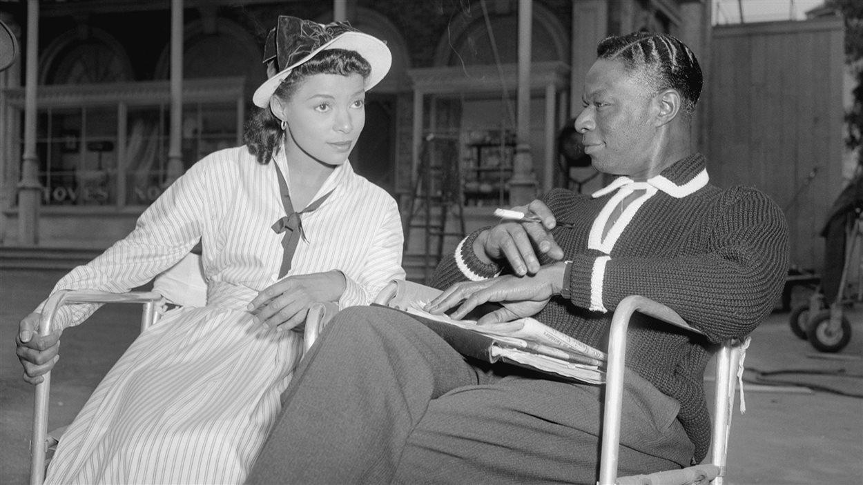 Ruby Dee et Nat King Cole sur le plateau de St. Louis Blues en octobre 1957