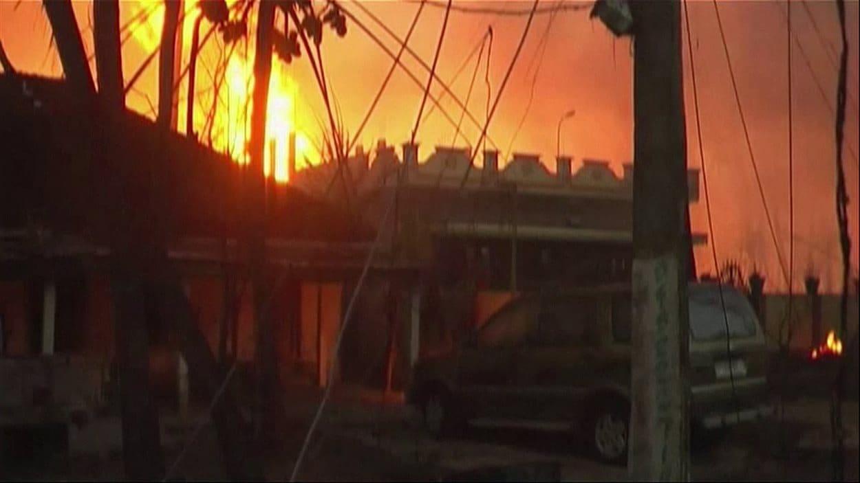 Cette image provenant d'une vidéo montre les flammes produites par l'explosion d'un pipeline dans le village indien de Nagaram.