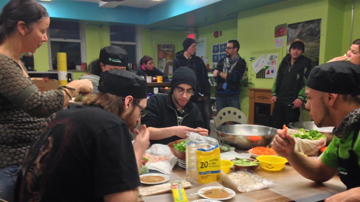 Le café de rue L'Orignal tatoué, de Joliette, accueille les jeunes de 16-30 ans.