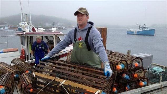 Le pêcheur Corey Lahey retire ses casiers de l'eau en Nouvelle-Écosse en attendant la tempête Arthur.