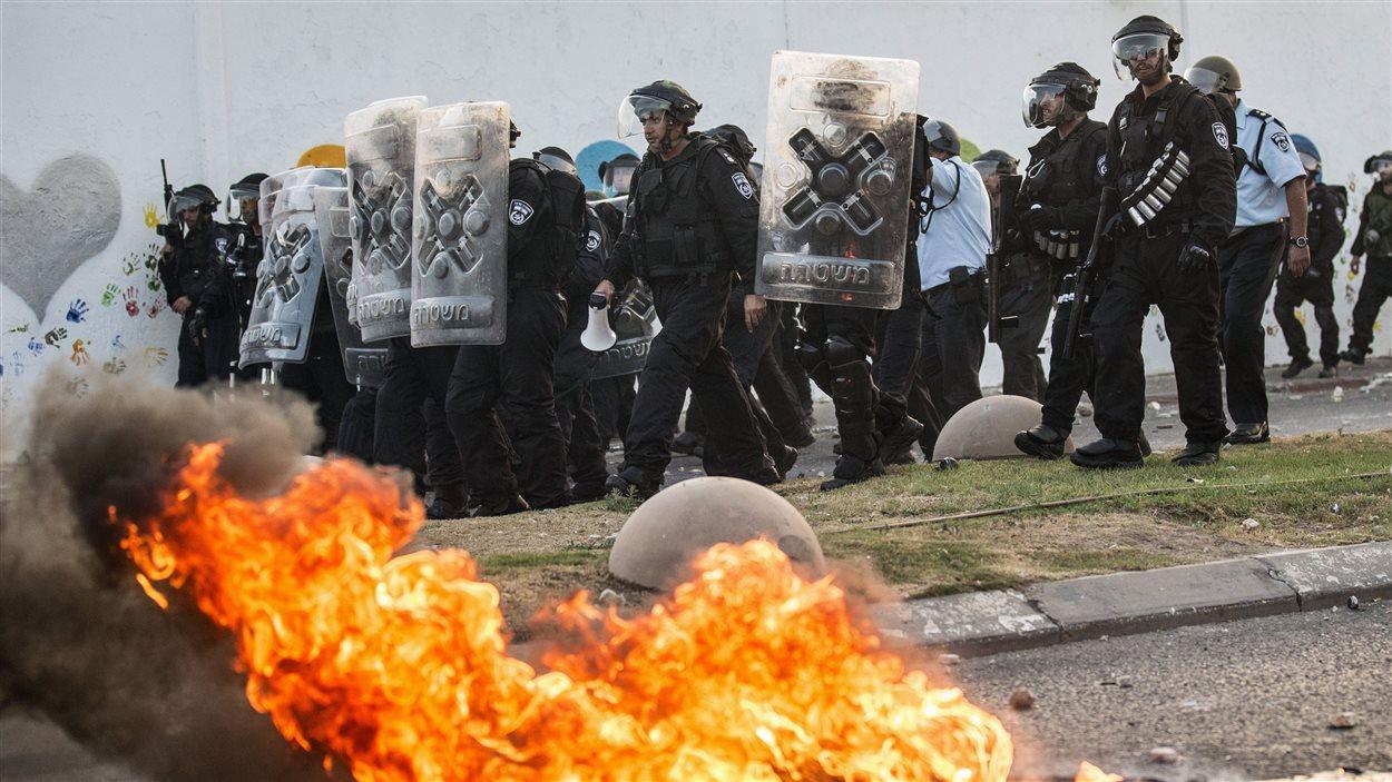 La police israélienne riposte aux manifestants palestiniens dans la ville de Ar'ara, dans le nord du pays.