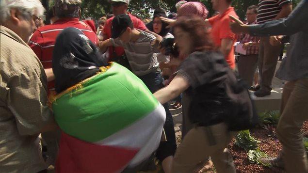 Un bref incident s'est produit lors de la manifestation pour soutenir les Palestiniens de Gaza à Montréal.