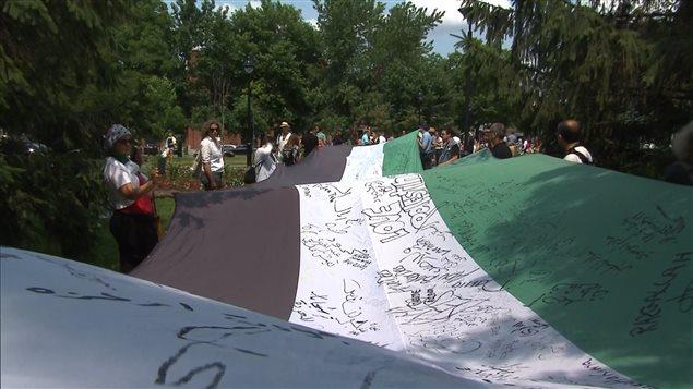 Les manifestants ont déroulé un drapeau palestinien géant.