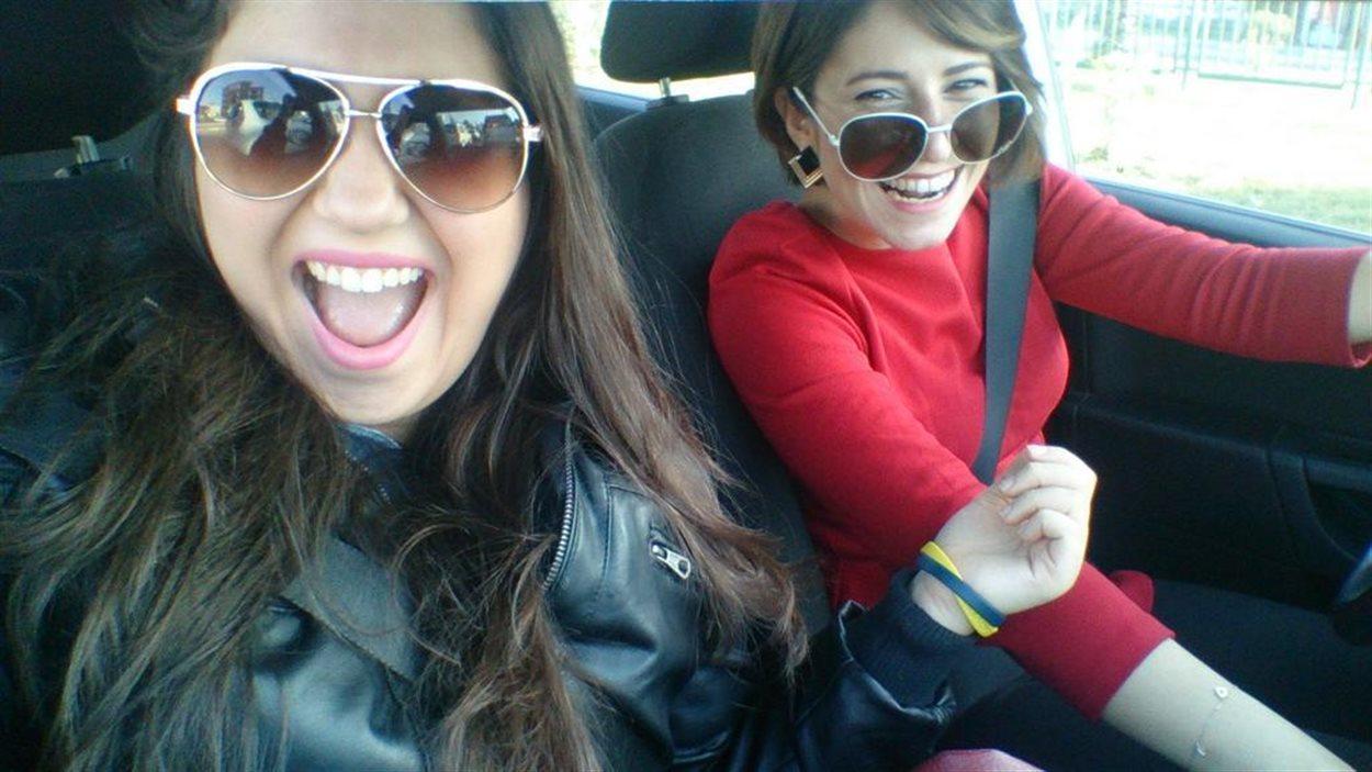 Égoportrait de deux femmes en train de rire, dans une voiture, en Turquie.