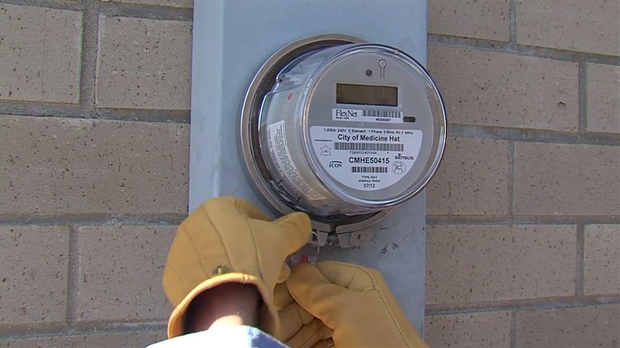 Une vidéo de la Ville de Medicine Hat au sujet de son programme d'installations de compteurs intelligents montre un employé du service public d'électricité en train d'installer un de ces appareils.
