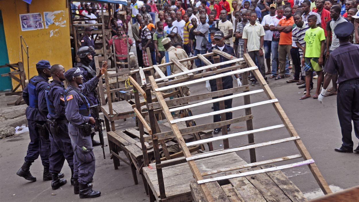 Le quartier de West Point, un bidonville de Monrovia, a été placé en quarantaine en raison de l'épidémie du virus Ebola.