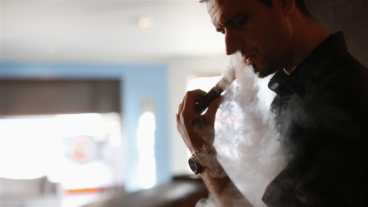 la fum e secondaire des cigarettes lectroniques est elle aussi dangereuse ici radio. Black Bedroom Furniture Sets. Home Design Ideas