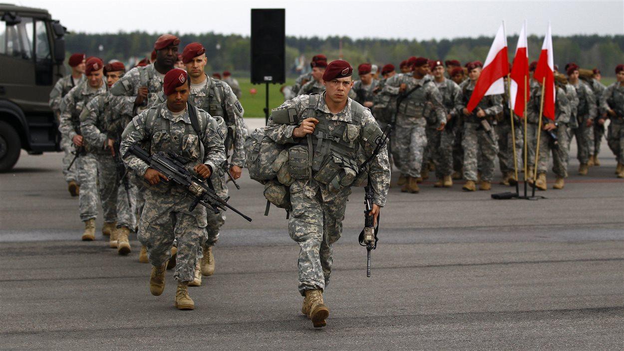 Des parachutistes américians prennent part à des manoeuvres de l'OTAN tenues en Pologne en avril 2014.