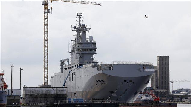 Un des porte-hélicoptères de classe Mistral que doit livrer la France à la Russie sur le chantier de Saint-Nazaire.