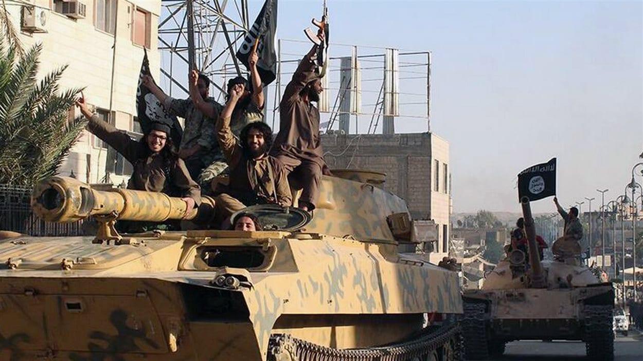 Photo d'un défilé de djihadistes à Raqqa, en Syrie, envoyée aux médias en juin 2014 par l'État islamique