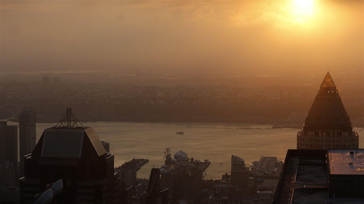 Soleil couchant sur la rivière Hudson, vue du Rockefeller Center, à New York, le 30 juin 2013