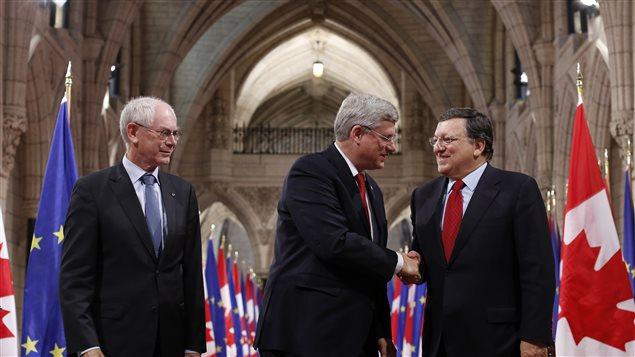 Le président du Conseil européen, Herman Van Rompuy, le premier ministre canadien, Stephen Harper, et le président de la Commission européenne, José Manuel Barroso