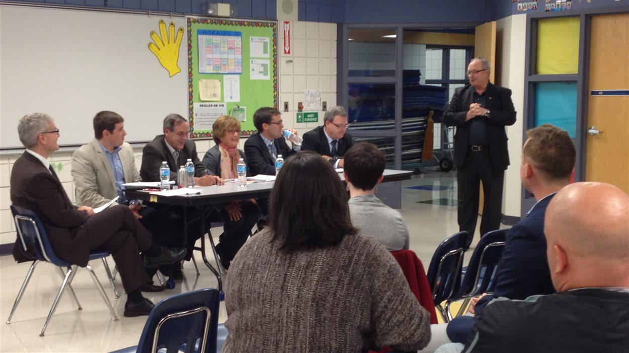 La Société franco-manitobaine organisait lundi une soirée avec les cinq candidats aux postes de commissaires scolaires.