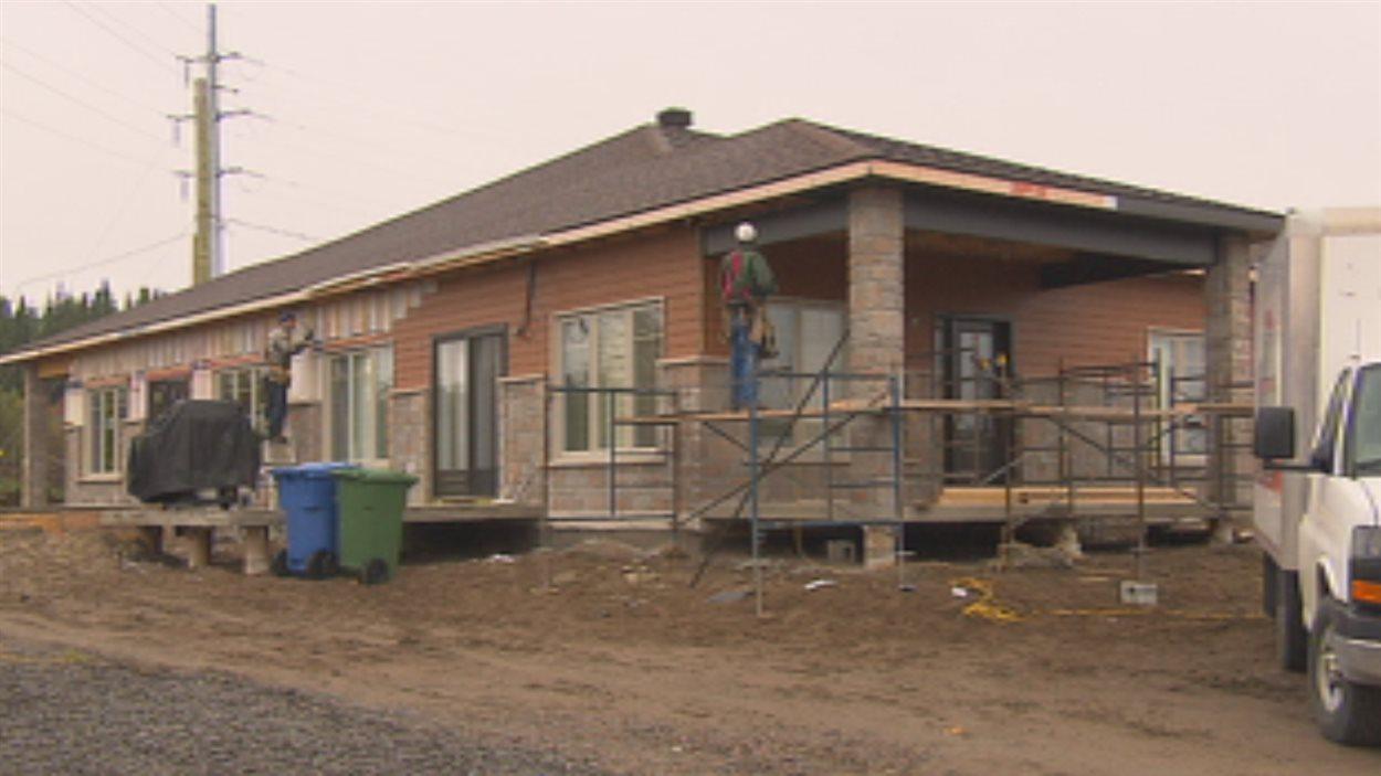 Une maison en construction à Saguenay