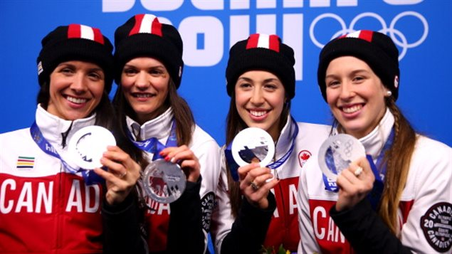 Les médaillées d'argent du relais: Marie-Ève Drolet, Jessica Hewitt, Valerie Maltais et Marianne St-Gelais