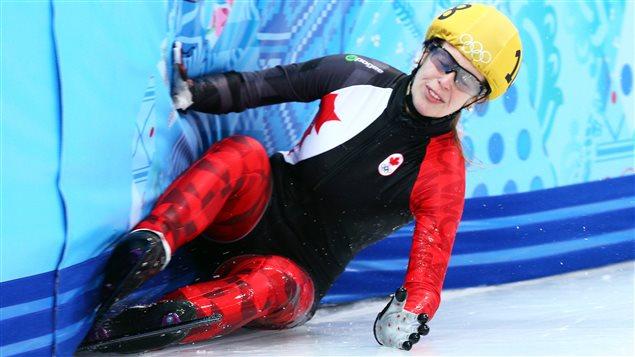 Marianne St-Gelais chute lors des préliminaires du 1000 m à Sotchi.