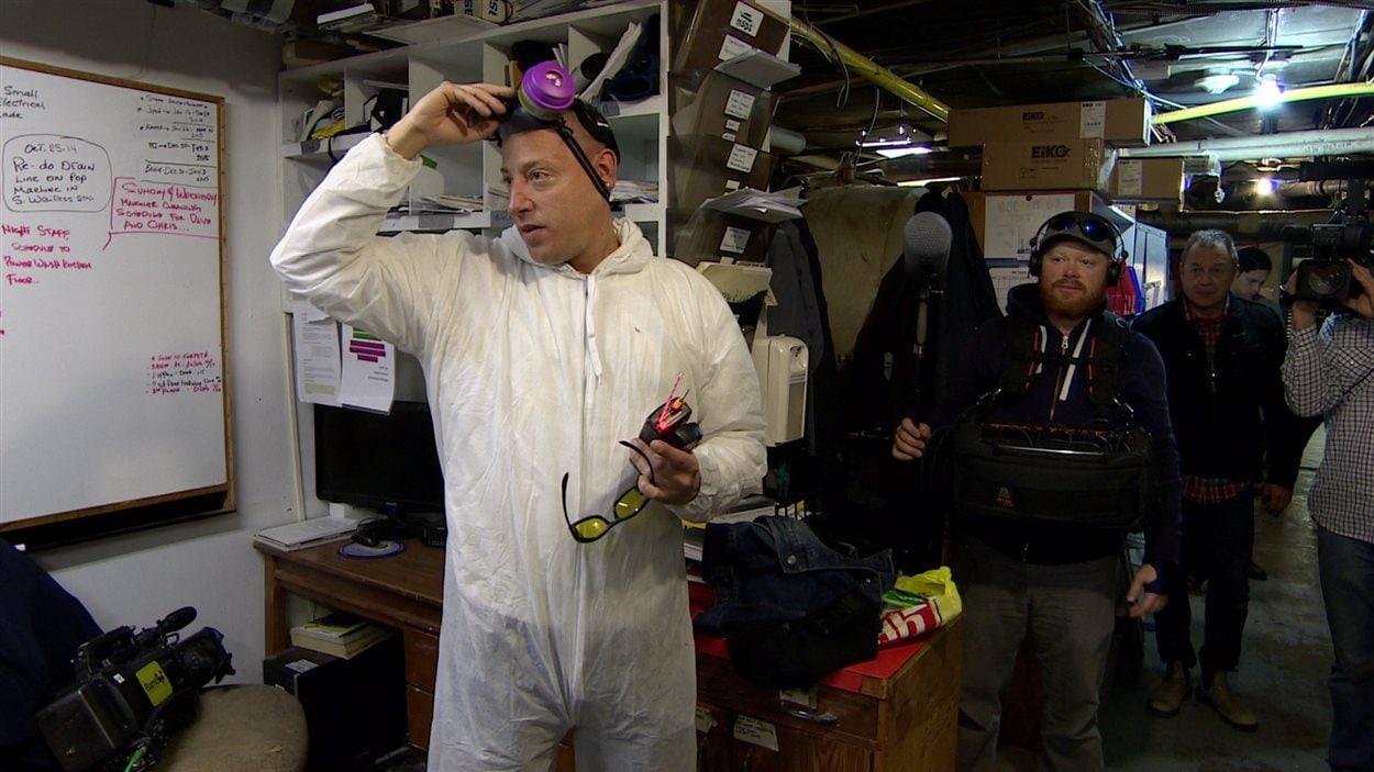 L'équipe d'enquêteurs paranormaux de l'émission The Other Side se prépare pour le tournage.