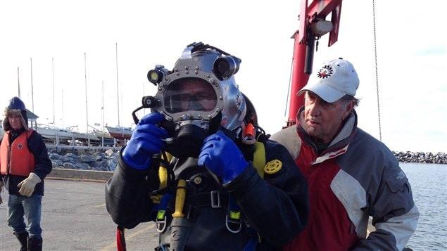 Des plongeurs s'apprêtent à installer des câbles sous-marins.