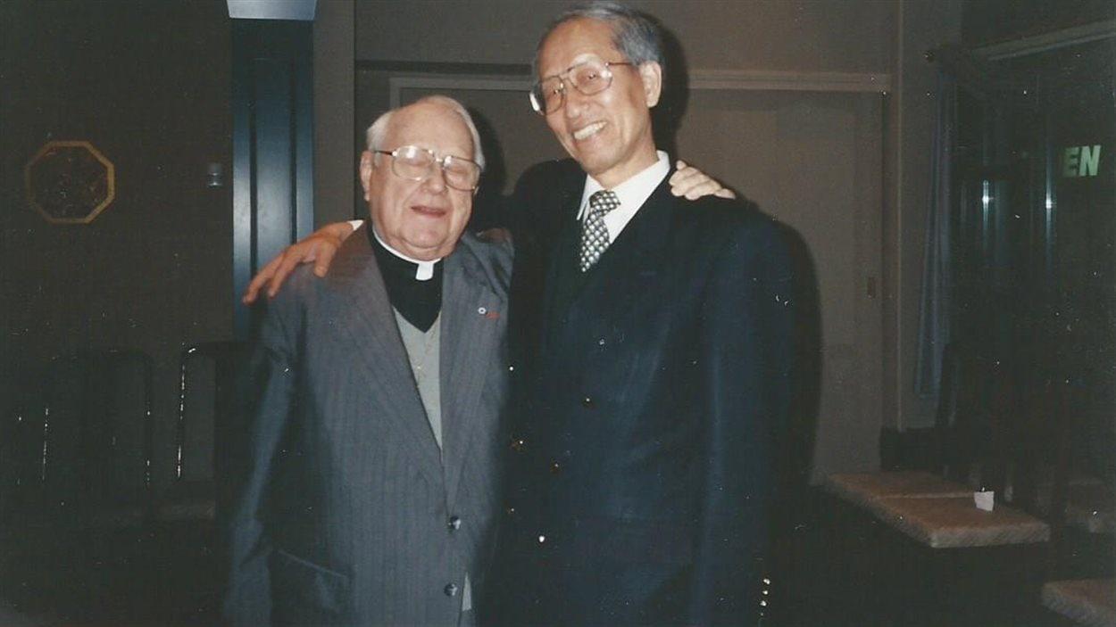 Le père Georges-Henri Lévesque et Joseph Chung en 1995, lorsque ce dernier a pris sa retraite de l'UQAM