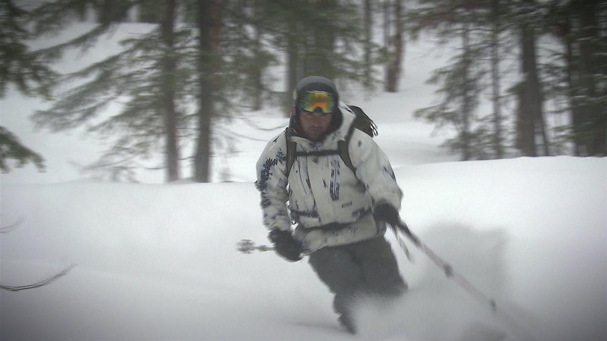 Le ski hors-piste est de plus en plus populaire.
