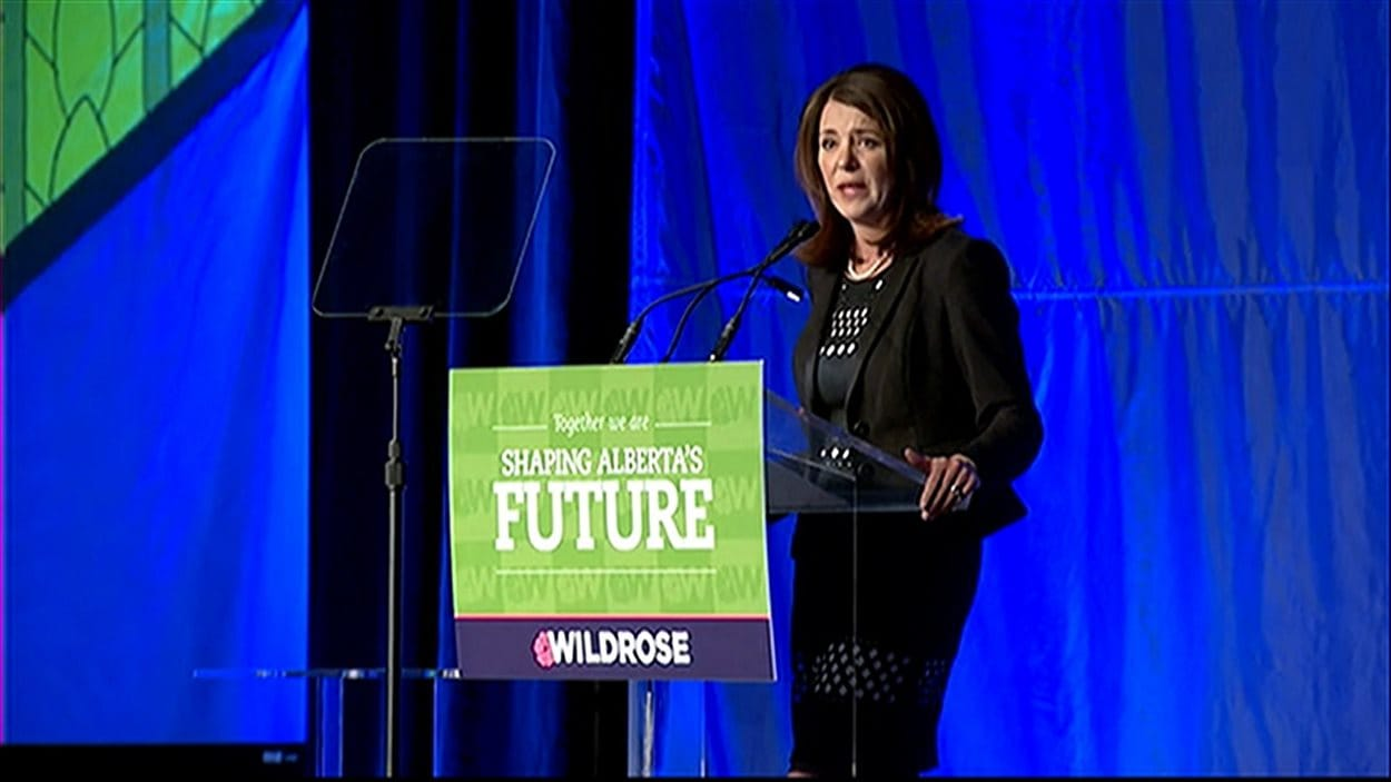 Danielle Smith lors de son discours à Red Deer. Elle veut relancer le parti Wildrose en vue des élections albertaines prévues en 2016.