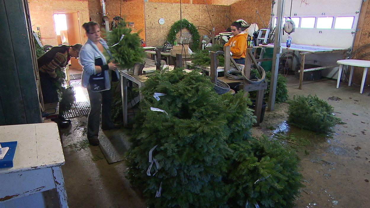 Des couronnes de Noël produites à Amqui.