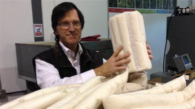 François Simard, PDG de Protec-Style, produira plus de 800 de ces trousses d'urgence en fibre d'asclépiade. Elles seront distribuées dans 54 parcs nationaux du Canada, en cas de déversements pétroliers accidentels.