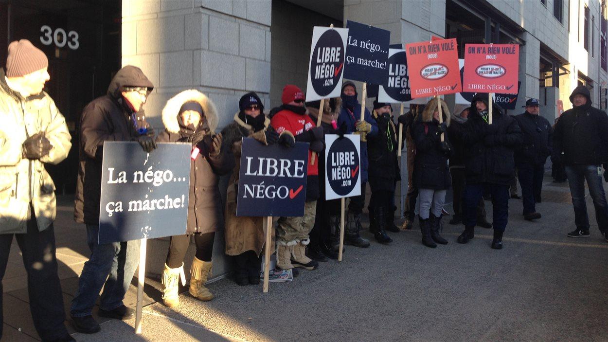 Des cols blancs tiennent une journée de grève pour dénoncer l'adoption du projet de loi 3 sur les régimes de retraite.