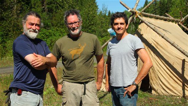 De gauche à droite : Dany Croussette, réalisateur; Luc Chartrand, journaliste; Pierre Mainville, caméraman.