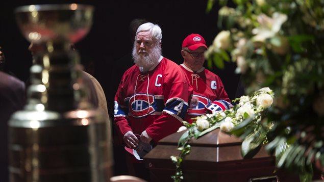 Des admirateurs s'arrêtent devant le cercueil de Jean Béliveau.