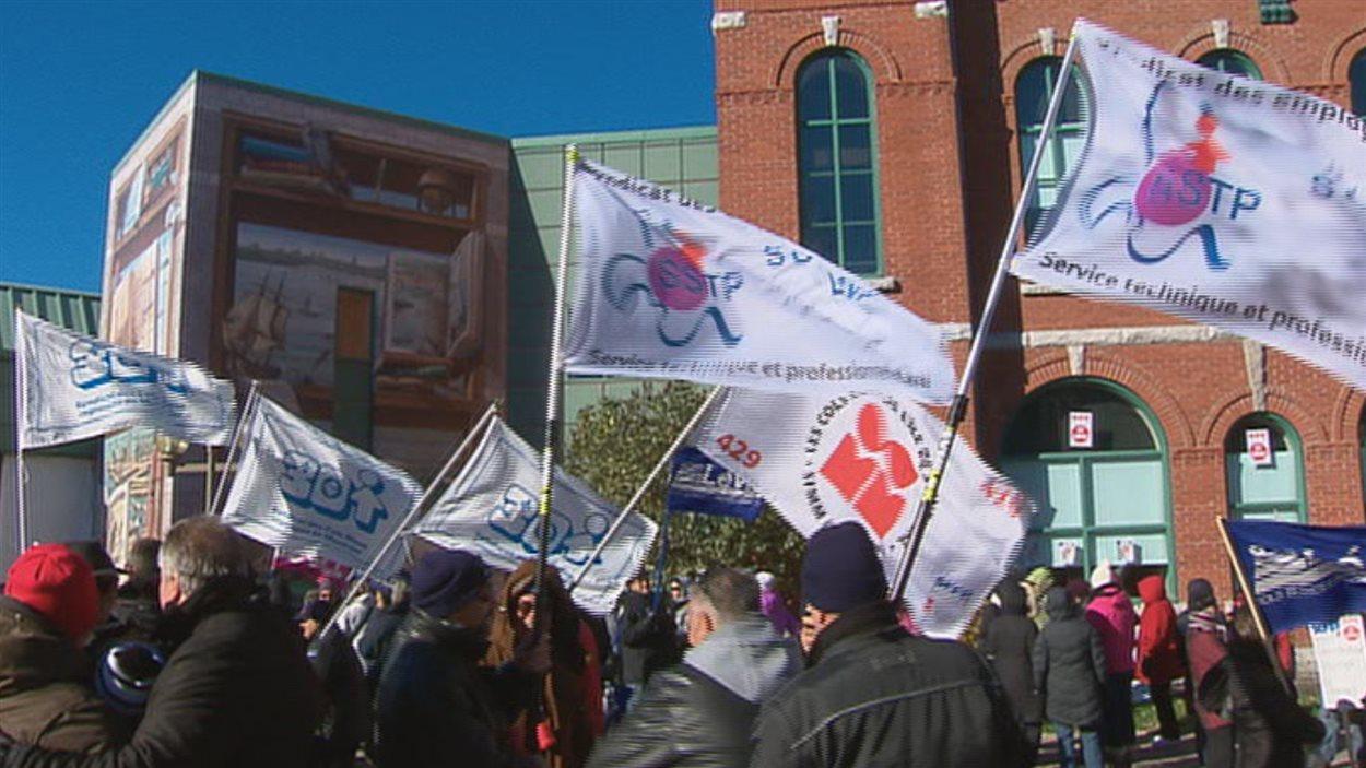 Les cols blancs avaient tenu des manifestations dans les dernières semaines afin de faire débloquer les négociations avec l'employeur.