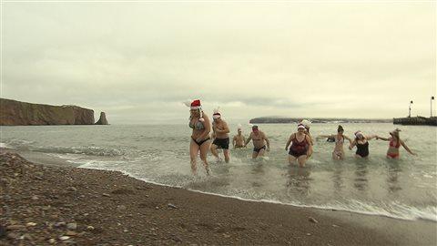Plus de 150 baigneurs ont pris part à la 4e Saucette au profit d'Opération Enfant Soleil à Percé.