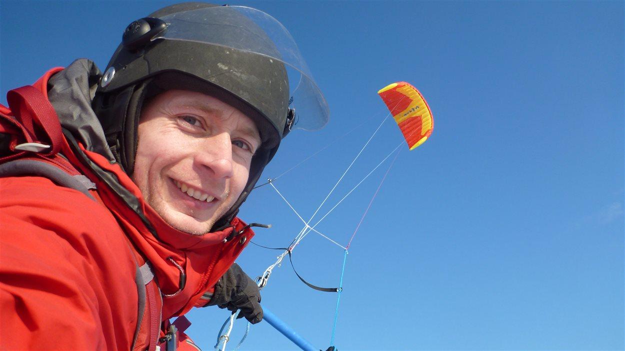 Frederic Dion tracte par un parachute