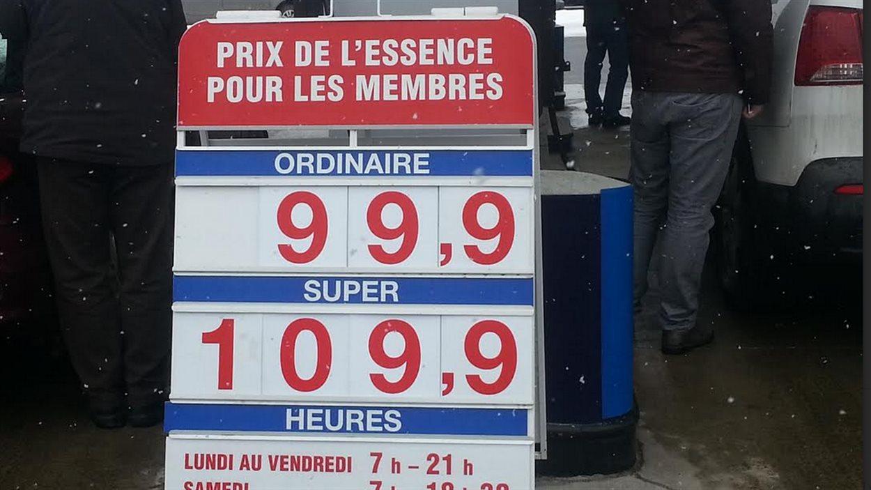 Le prix de l'essence est passé sous la barre du 1 $.
