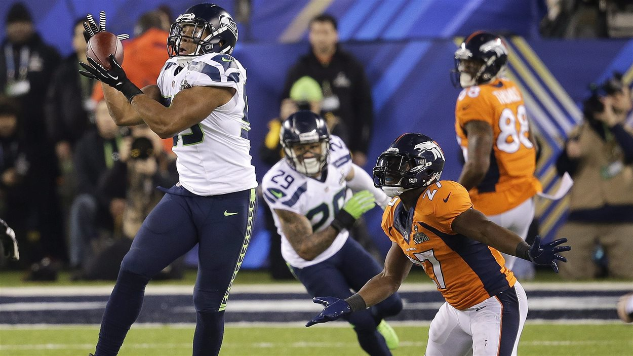 Malcolm Smith intercepte une passe destinée à Knowshon Moreno (27) lors du Super Bowl.