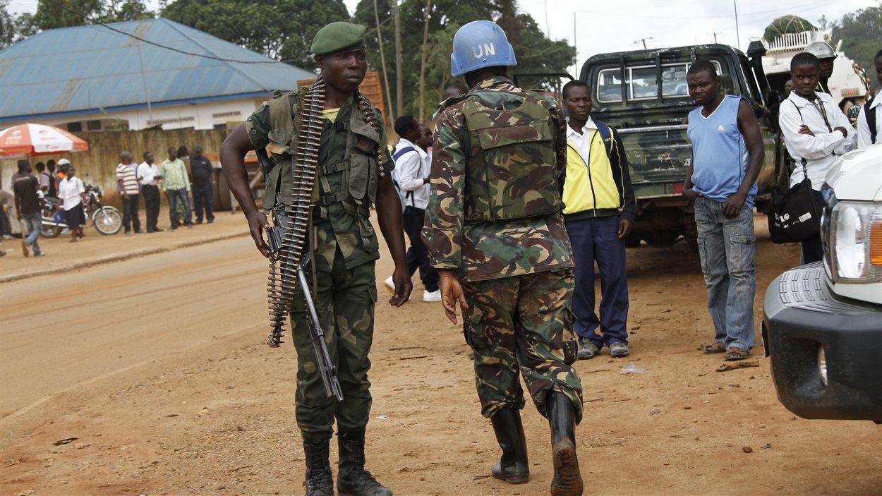 Un soldat congolais et un Casque bleu de la Monusco à Beni, dans le Nord-Kivu, en octobre 2014.