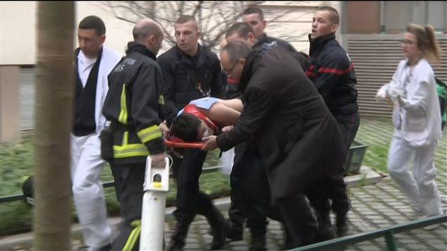 Un blessé évacué du siège de Charlie Hebdo.