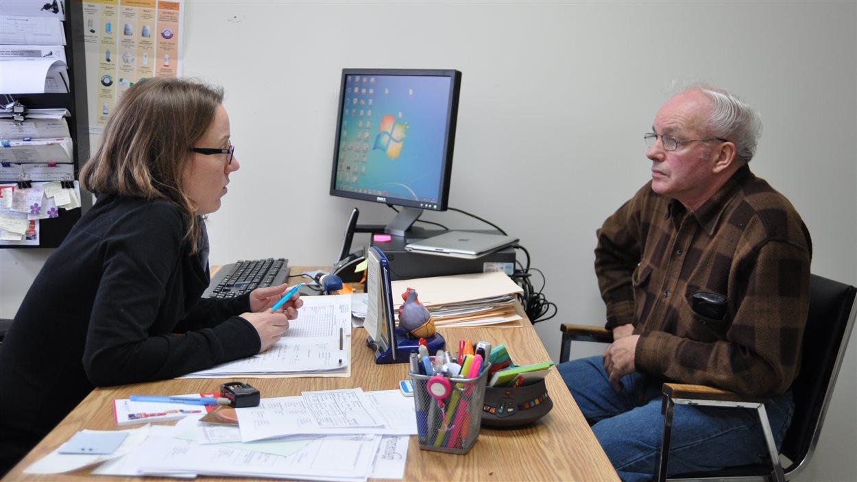 L'infirmière praticienne de la clinique sans médecin, Isabelle Têtu, reçoit un patient