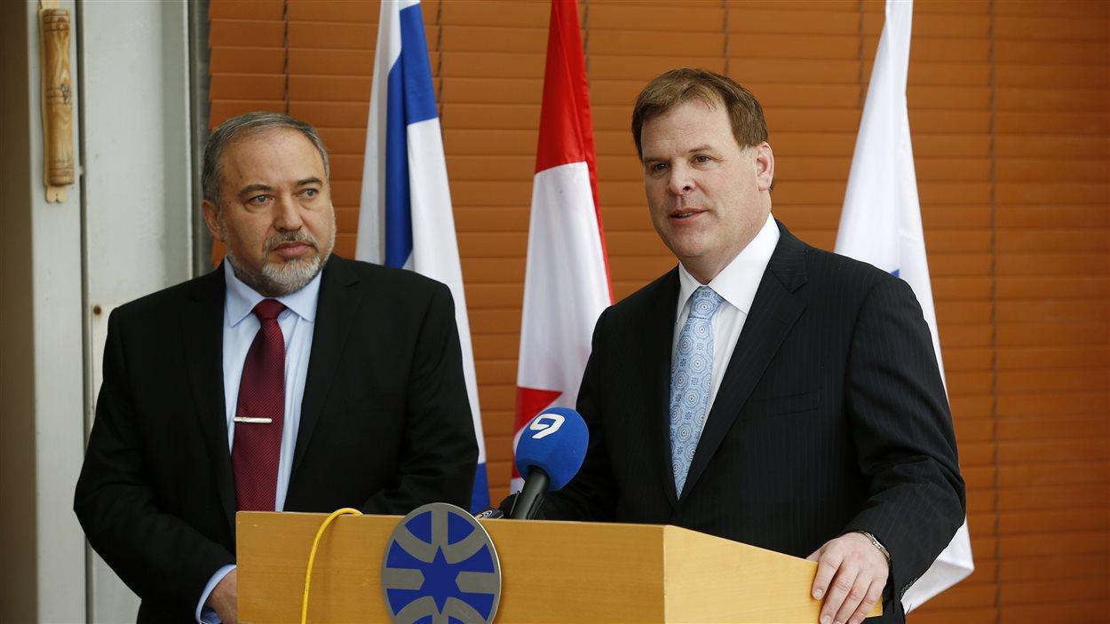 Le ministre des Affaires étrangères canadien John Baird et son homologue israélien Avigdor Lieberman