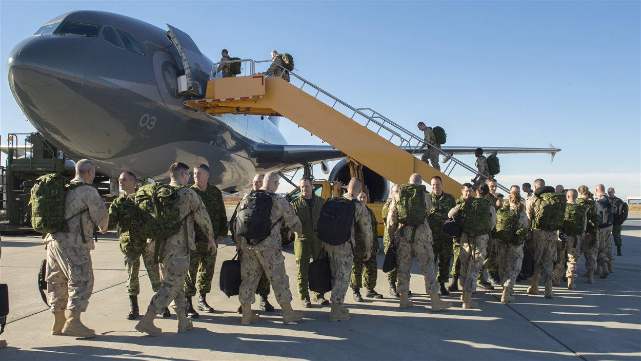 Des soldats canadiens, lors de leur départ pour l'Irak, depuis la base de Cold Lake, en Alberta, le 22 octobre 2014.