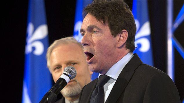 Pierre Karl Péladeau s'adresse aux militants après la cuisante défaite du Parti québécois le 7 avril 2014. À l'arrière, le député Jean-François Lisée.