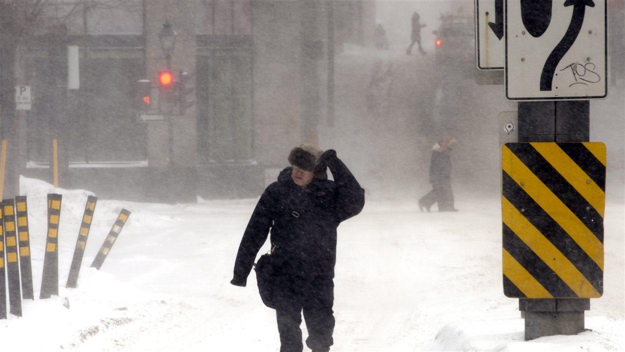 Un piéton brave le froid et la neige à Montréal.