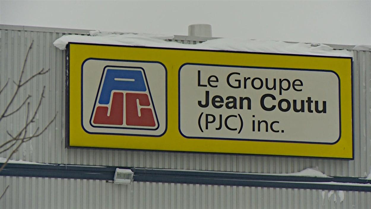 La moitié des employés du centre de distribution de Jean Coutu à Hawkesbury pourraient être mis à pied d'ici février 2016.