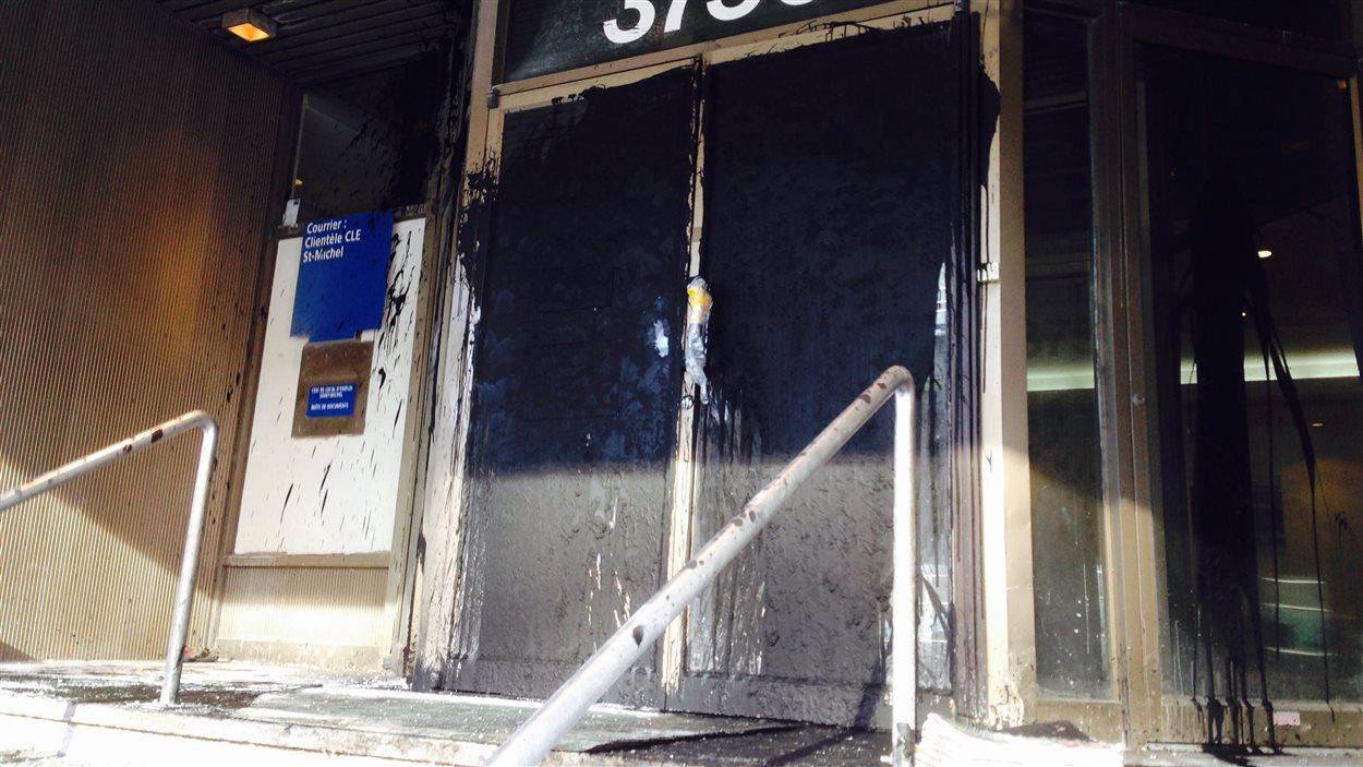 Les portes ont été recouvertes d'une substance noire.