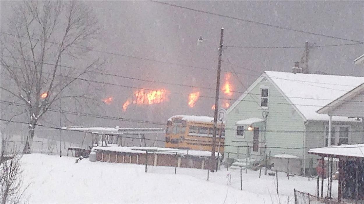 Un incendie fait rage près de Charleston en Virginie occidentale. Des résidents ont dû être évacués.
