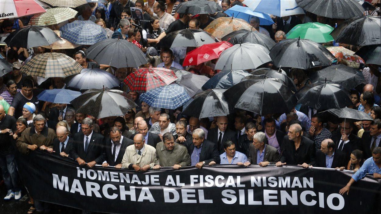 Des centaines de milliers d'Argentins ont marché dans les rues de Buenos Aires le 18 février 2015 en hommage au procureur Alberto Nisman.