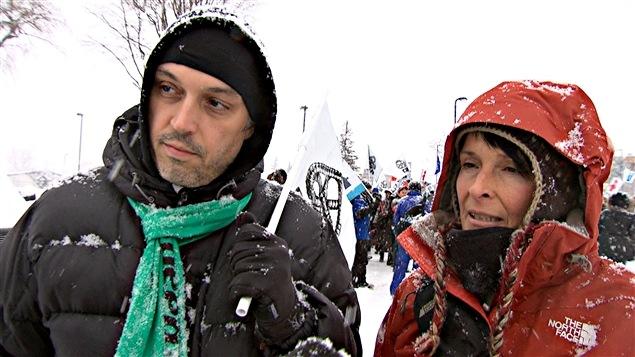 Frédéric Gagnon et Josée Pilon étaient parmi la manifestation qui se déroulait à l'extérieur du colloque du PLQ, à Gatineau.