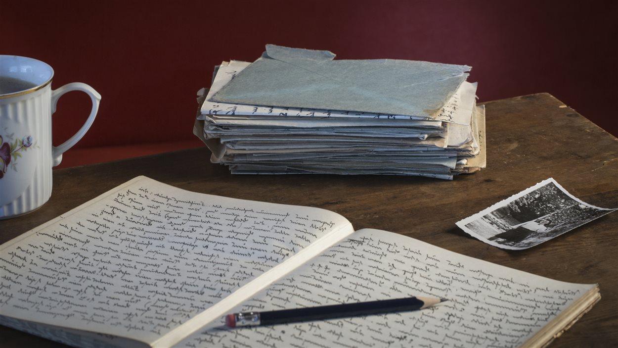 Cahier, tasse et vieilles lettres.