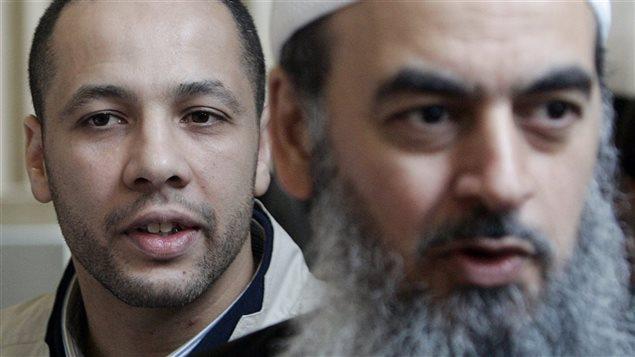 Adil Charkaoui, à gauche, et Salam Elmenyawi du Conseil musulman de Montréal, à la Cour suprême du Canada le 13 juin 2006
